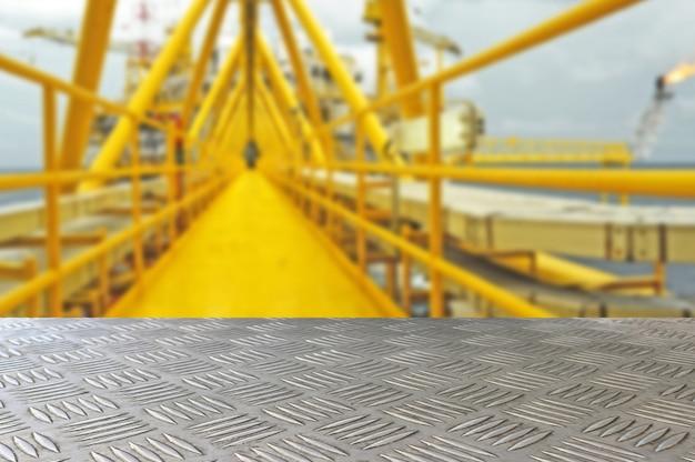 Cima vuota del piatto del ferro del controllore con il fondo offshore della sfuocatura dell'impianto di perforazione Foto Premium
