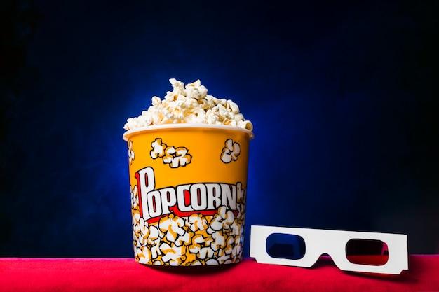 Cinema con scatola di popcorn Foto Gratuite