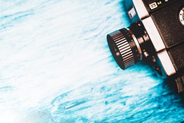 Cinepresa vintage su sfondo blu Foto Premium