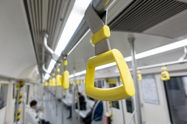 Cinghie appese in metropolitana Foto Premium