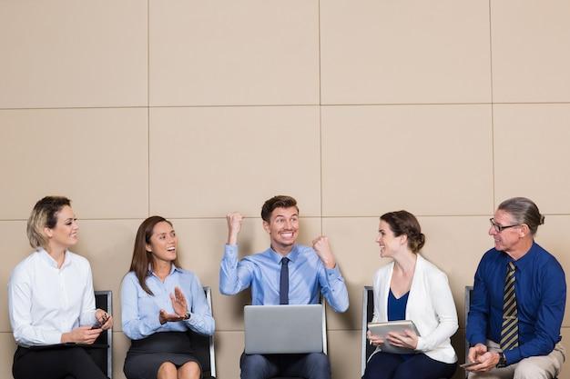 Cinque allegri business people nella sala di attesa Foto Gratuite