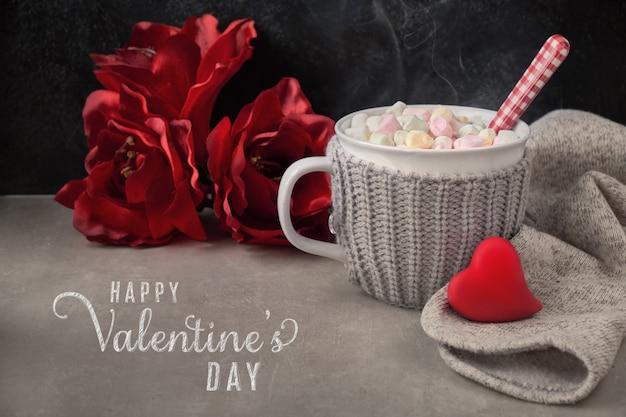 Cioccolata calda con marshmallow, cuore rosso sulla tazza nella scheda Foto Premium