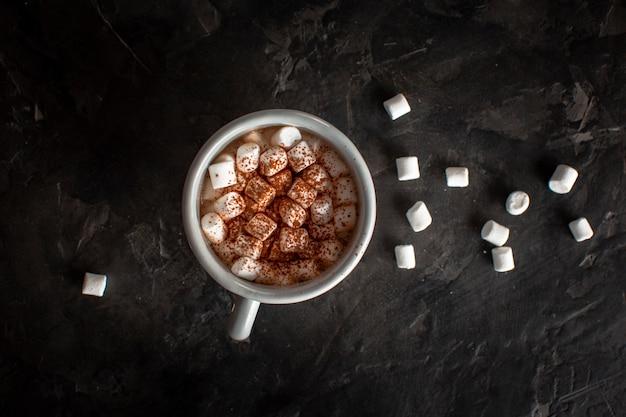 Cioccolata calda con marshmallow e cacao in polvere Foto Gratuite