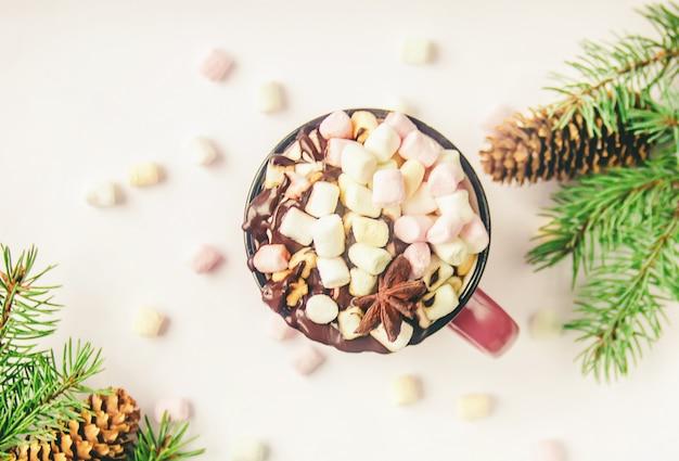 Cioccolata calda e marshmallow su sfondo di natale. messa a fuoco selettiva Foto Premium