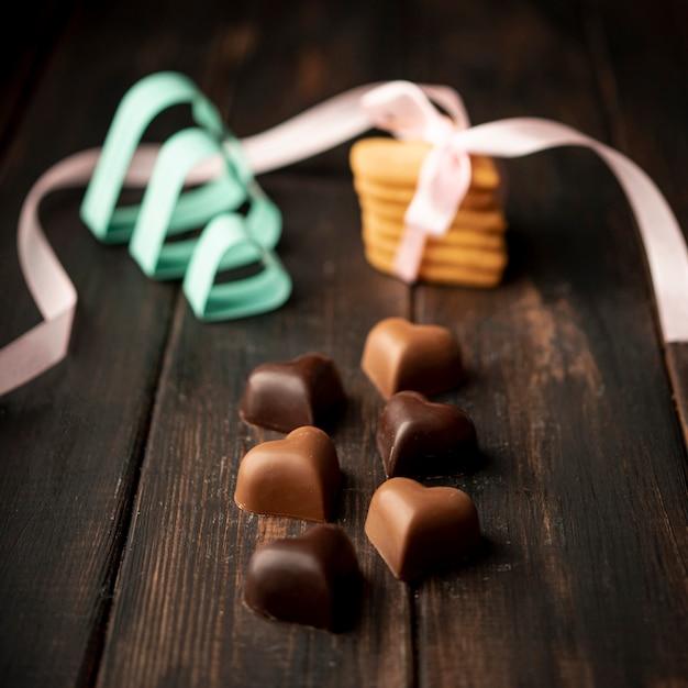 Cioccolatini a forma di cuore con biscotti e nastro Foto Gratuite
