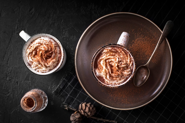 Cioccolatini hoc con panna montata e cacao in polvere Foto Gratuite