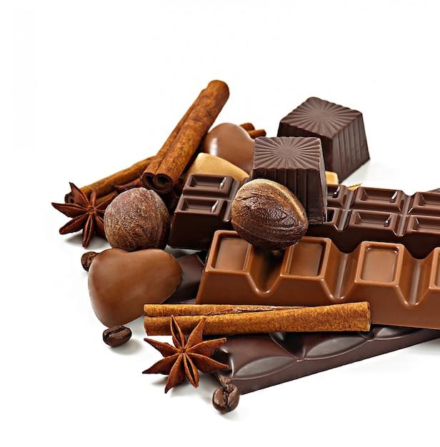 Cioccolato e spezie isolati su sfondo bianco Foto Premium