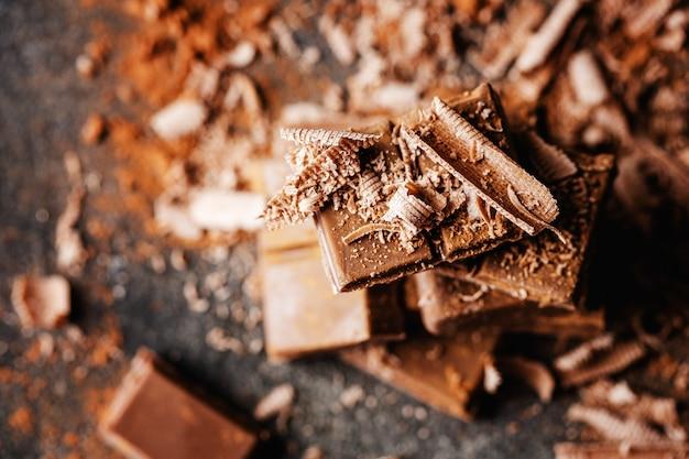 Cioccolato fondente su superficie scura Foto Gratuite