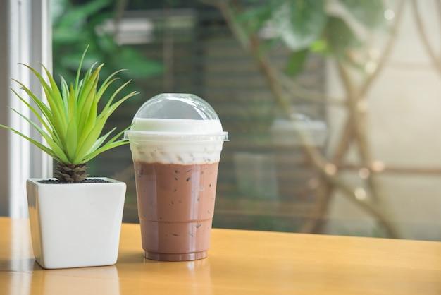 Cioccolato ghiacciato con sapore di cocco e panna montata Foto Premium