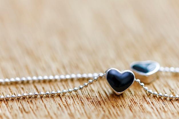 Ciondolo medaglione a forma di cuore con diamante nero e collana Foto Premium