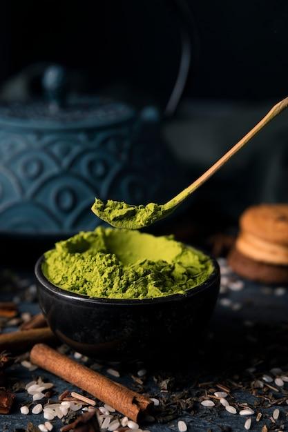 Ciotola ad alto angolo con verde asiatico matcha Foto Gratuite