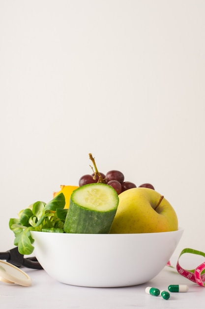Ciotola con cetriolo e mela deliziosa sul tavolo Foto Gratuite