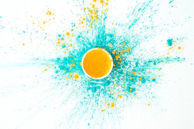 Ciotola con colore arancione su colori asciutti acquamarina Foto Gratuite