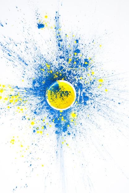 Ciotola con colore giallo su colori blu asciutti Foto Gratuite