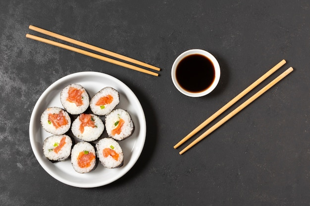 Ciotola con rotoli di sushi sul tavolo Foto Gratuite