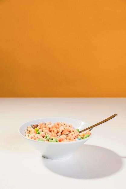 Ciotola copia-spazio con cereali e latte Foto Gratuite