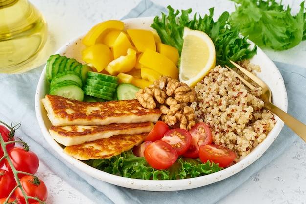 Ciotola del buddha con halloumi, quinoa, insalata di lattuga, cibo vegetariano, bianco, vista dall'alto Foto Premium