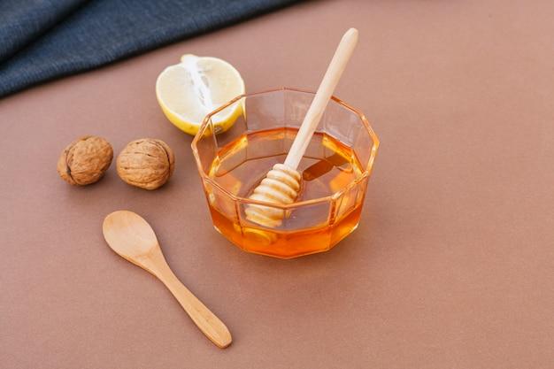 Ciotola del primo piano riempita di miele saporito Foto Gratuite