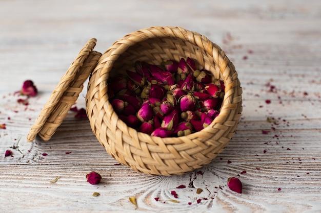 Ciotola del primo piano riempita di mini rose aromatiche Foto Gratuite