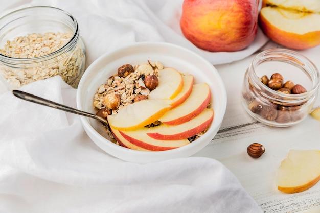 Ciotola deliziosa della prima colazione del primo piano con la mela Foto Gratuite