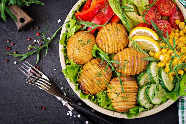 Ciotola di buddha vegetariano. verdure crude e patate al forno in ciotola. pasto vegano. concetto di cibo sano e disintossicante. vista dall'alto. disteso Foto Gratuite