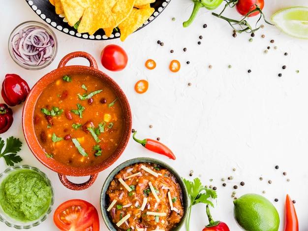 Ciotola di contorno posto sul tavolo con verdure Foto Gratuite