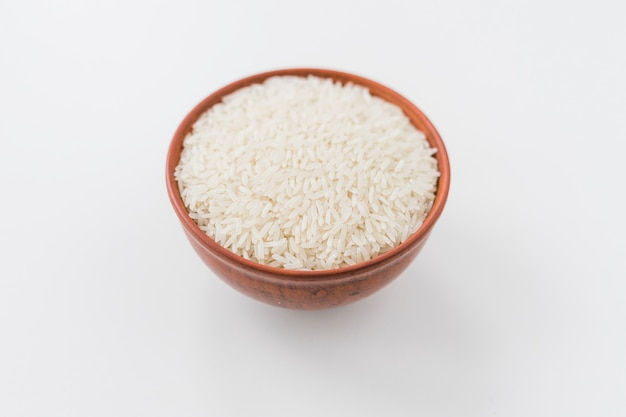 Ciotola di grano di riso bianco su sfondo bianco Foto Gratuite