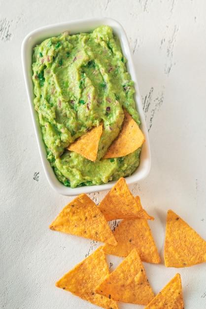 Ciotola di guacamole con tortilla chips Foto Premium