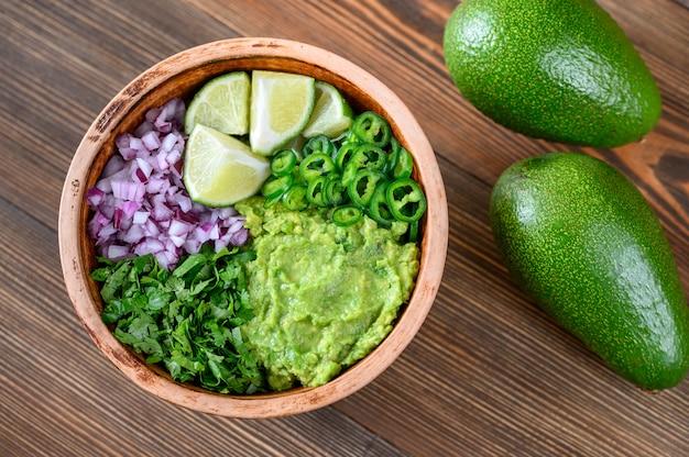 Ciotola di ingredienti per guacamole Foto Premium