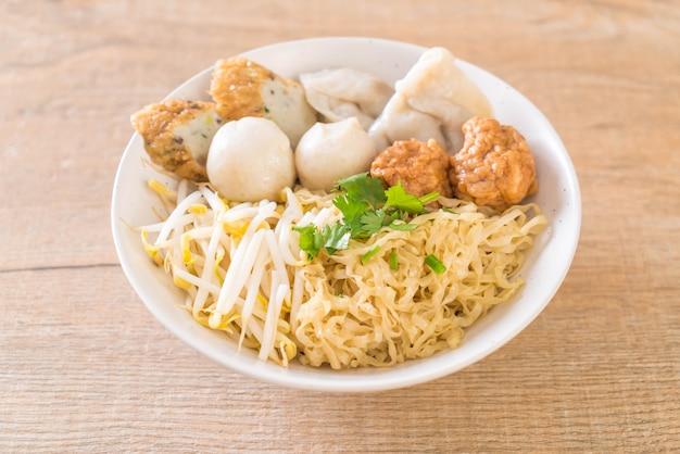 Ciotola di noodles con palla di pesce Foto Premium