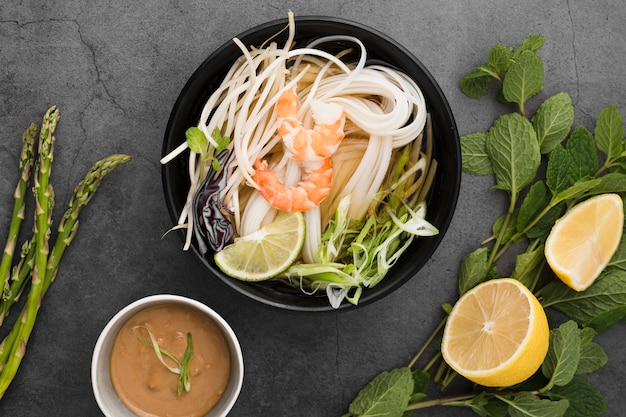 Ciotola di noodles con salsa e asparagi Foto Gratuite