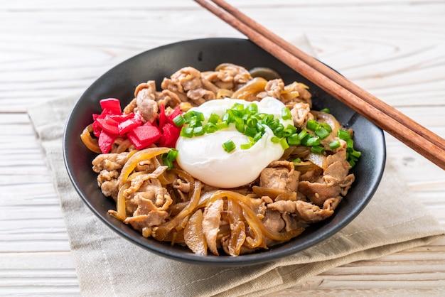 Ciotola di riso di maiale con uovo (donburi) - cibo giapponese Foto Premium