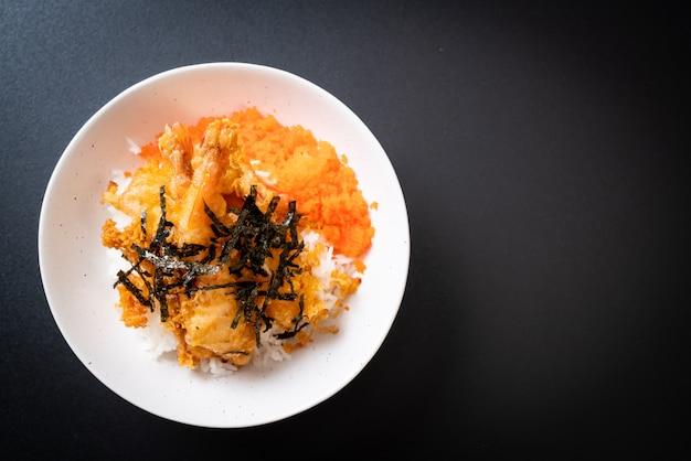 Ciotola di riso tempura di gamberi con uovo di gamberetti e alghe Foto Premium