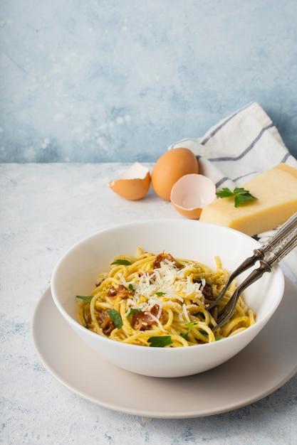 Ciotola di spaghetti dell'angolo alto con parmigiano e le uova Foto Gratuite