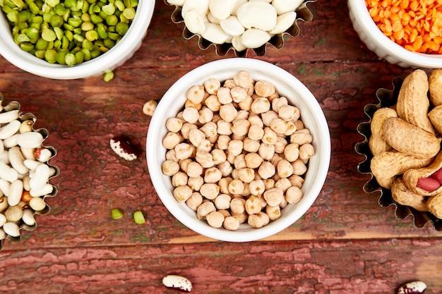 Ciotole di fagioli e legumi vari. Foto Premium