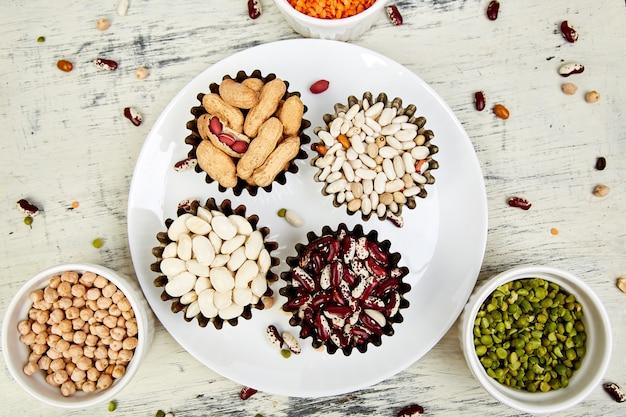 Ciotole di varie collezioni insieme di fagioli e legumi. Foto Premium