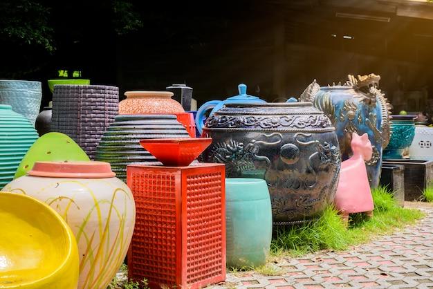 Ciotole in ceramica multicolore, vasi colorati e tazze o vasi realizzati a mano. Foto Premium