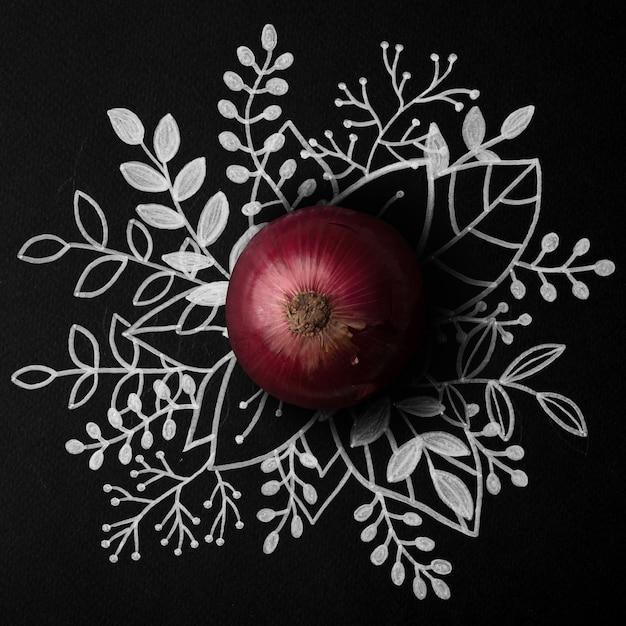 Cipolla rossa sopra il contorno disegnato a mano floreale Foto Gratuite