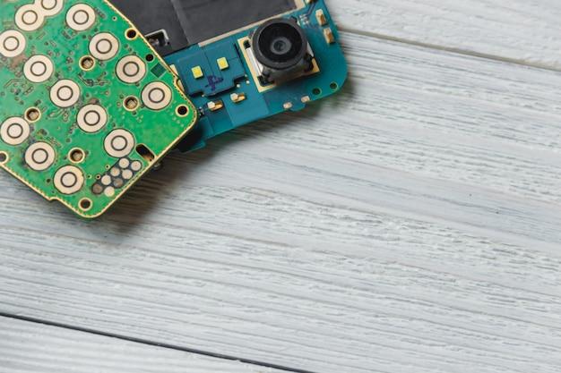 Circuito stampato con molti componenti elettrici con copyspace Foto Premium
