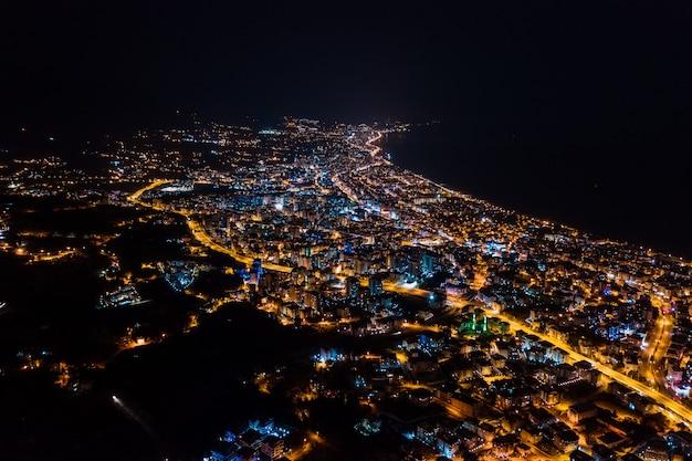 Città delle luci di città di notte di arial vista della turchia Foto Gratuite