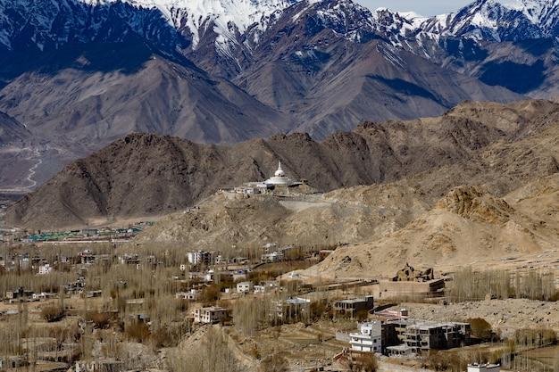 Città di leh ladakh del kashmir in india con sfondo della montagna dell'himalaya contro il cielo blu Foto Premium