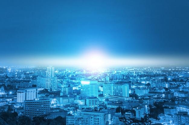 Città e luce blu con tecnologia di comunicazione Foto Premium