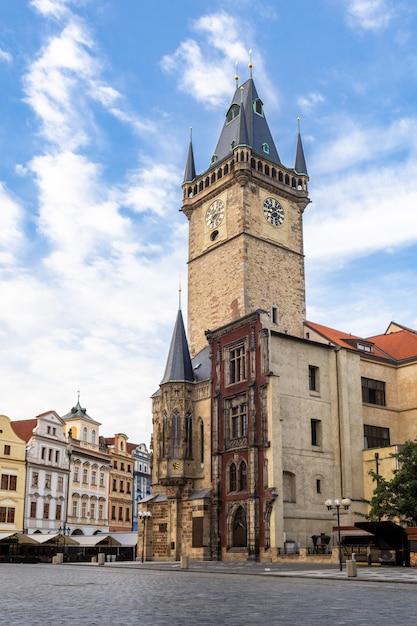 City hall tower con l'orologio astronomico nel quadrato della vecchia città di praga, repubblica ceca. Foto Premium