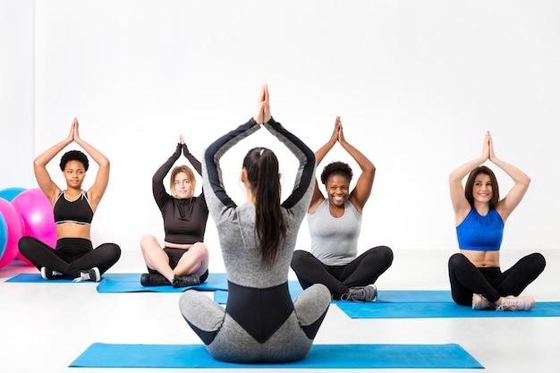 Clas fitness in posizione yoga sul tappetino Foto Gratuite