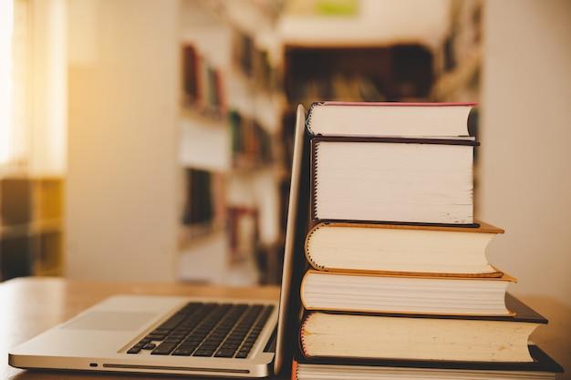 Classe di e-learning e tecnologia digitale di e-book nel concetto di educazione con computer pc Foto Gratuite