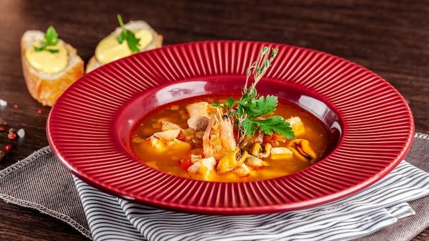 Classica zuppa di pesce francese di frutti di mare. Foto Premium
