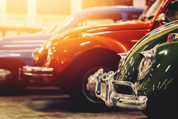 Classiche auto d'epoca con immagini di stile vintage colorato, effetto retrò. Foto Premium