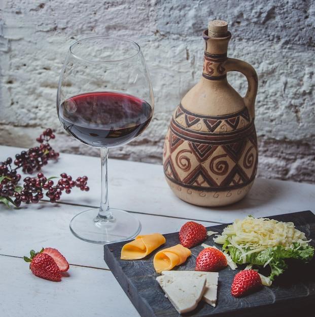 Classico vino rosso georgiano sul tavolo Foto Gratuite
