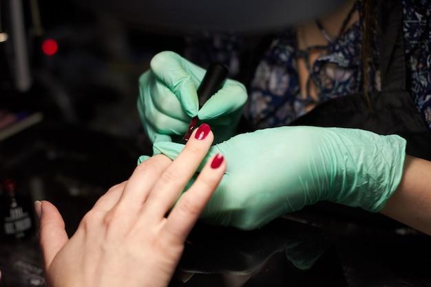 Cliente di chiodi vernice donna. unghie manicure cura della mano Foto Premium