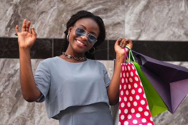 Cliente di donna felice allo shopping Foto Gratuite